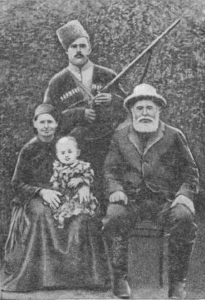 Семья Ивана. На фото: брат, отец и мать с племянницей